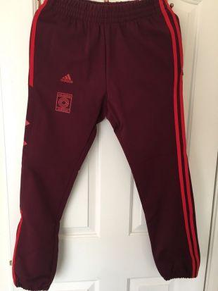 Le pantalon de jogging rouge Yeezy Calabasas que porte le