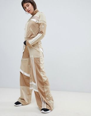 asistencia inquilino Mordrin  adidas Originals X Danielle Cathares Déconstruit un Pantalon Beige Kaki  porté par Molly Carter (Yvonne Orji) dans l'Insécurité (S03E06) | Spotern
