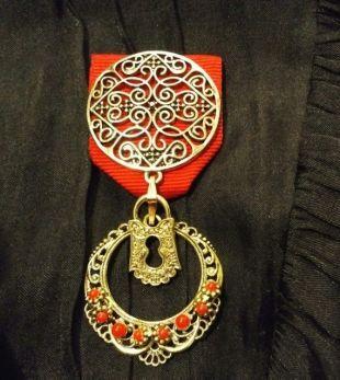 Article en solde! Le gardien Regal: Or en filigrane splendeur et serrure avec pendentif Vintage diadème en or avec des pierres rouges situé sur le ruban rouge