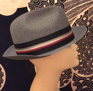Vintage 1960s 1970s gris tissé chapeau de paille Fedora par Fléchet unisexe Mod avec un ruban de gros grain Hat Band
