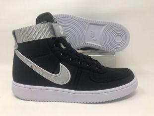 Les baskets Nike noires de Kyle Reese (Michael Biehn) dans