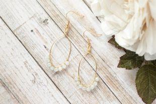 Boucle d'oreille en fil forme ovale or et crème, fil enroulé boucle d'oreille, boucle d'oreille perles, perles à la main boucle d'oreille, boucle d'oreille en perles crème