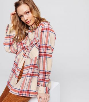 The surchemise plaid worn by Clémence Applaincourt on his
