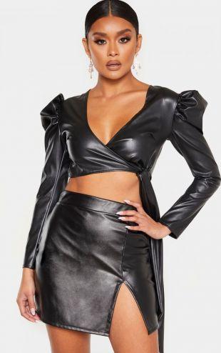 Mini-jupe en similicuir noir très fendue