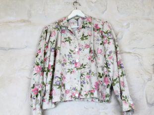 Chemise vintage imprimée fleurs blanches, roses et vertes.  70's. Taille S-M.  100% coton.