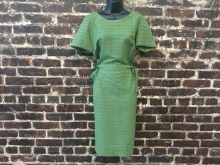 Robe de manœuvre vert des années 1950. Robe fourreau de coton des années 50 avec détail de pétoncles. Robe crayon par la société immobilière Kerrybrooke. Taille moyenne, 38 buste, taille 28,