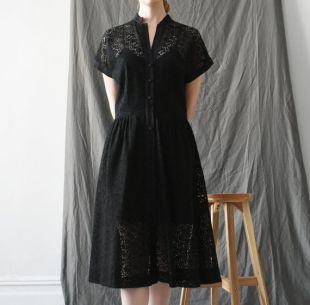 robe en dentelle noire vintage des années 60, robe midi avant bouton, robe 1960 s'adapte et flare, taille S - M