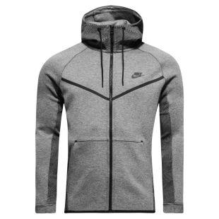 La veste grise Nike à capuche du petit frère dans le clip