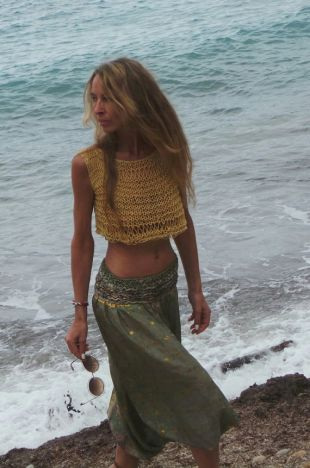 Le coton en tricot lâche de dessus jaune de culture et la plage de lin couvrent vers le haut des vêtements végétaliens