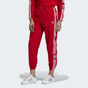 The jogging bottoms red adidas worn by Ilona Aln on his