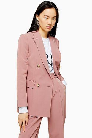 Costume rose poudré avec boutonnage croisé