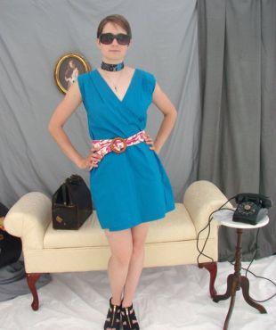 Robe portefeuille en coton bleu turquoise vif, deux ceintures, longueur de mi-cuisse, de taille petite ou moyenne