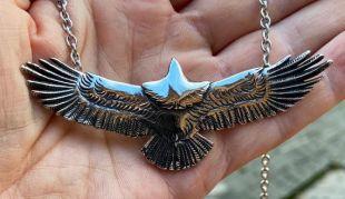 Superbe plaque d'argent sur le grand collier de pendentif d'aigle d'acier