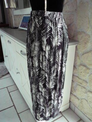 La jupe longue ample motif palmiers noir et blanc de Amélie