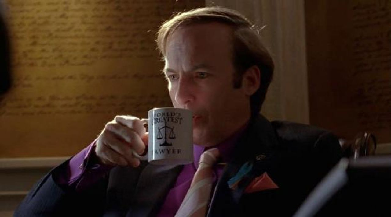 "Le mug ""World's Greatest Lawyer"" de Saul Goodman (Bob Odenkirk) dans Breaking Bad"