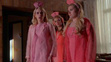 La fourrure rose Guess by Marciano de Emma Roberts dans