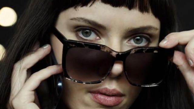 Les lunettes de soleil Peter and May Walk de Lucy (Scarlett Johansson) dans Lucy