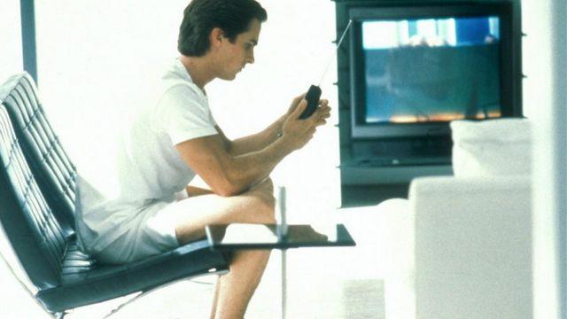 Les fauteuils Knoll Barcelona noirs chez Patrick Bateman (Christian Bale) dans American Psycho