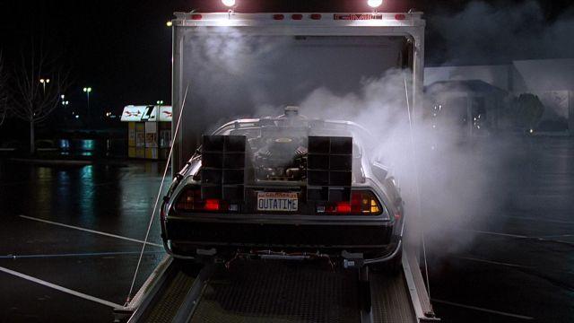 La DeLorean DMC-12 du Dr Emmett Lathrop Brown (Christopher Lloyd) dans Retour vers le futur
