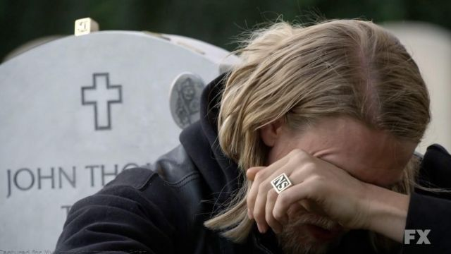 The pair of rings with the SOUNDS of Jax Teller (Charlie Hunman) in Sons of Anarchy S03E01
