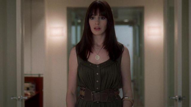La robe kaki portée par Andrea Sachs (Anne Hathaway) dans le Diable s'habille en Prada