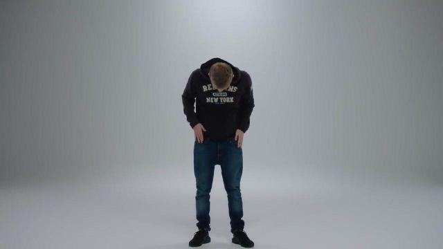Le sweatshirt à capuche / hoodie Redskins New York de Vald dans le clip Désaccordé