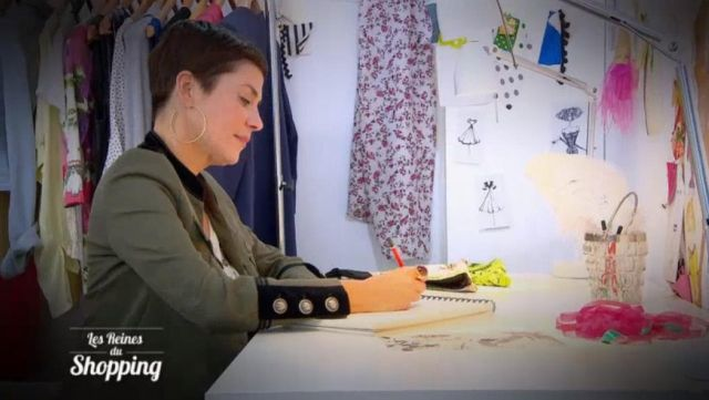 La veste kaki militaire de Cristina Cordula dans Les reines du shopping du 02/02/2018