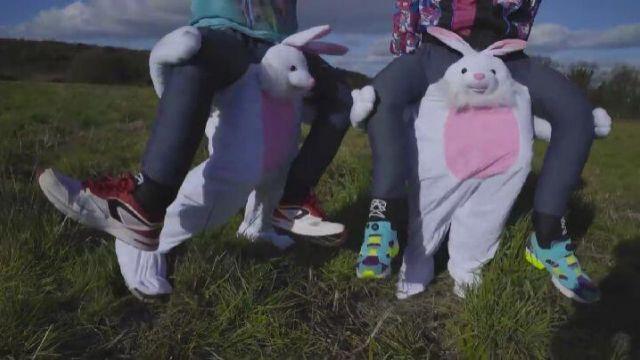 """Le déguisement """"porte-moi lapin"""" dans la video Dose de cheval de Lorenzo"""