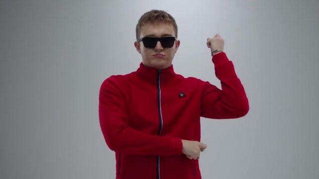 Le sweatshirt rouge Le Coq Sportif de Vald dans son clip Désaccordé