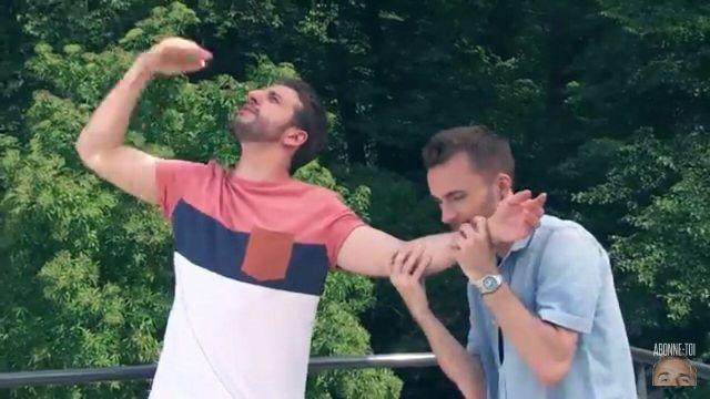 Le t-shirt à bandes de Maxenss dans le clip Placements de produits de Squeezie