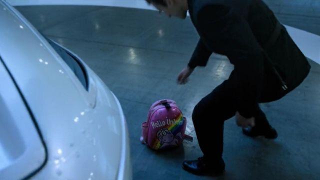 Le sac à dos « Hello Unicorn » de Takeshi Kovacs (Joel Kinnaman) dans Altered Carbon S01E09