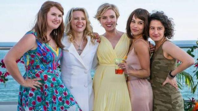 The yellow dress draped Jess (Scarlett Johansson) in # Worst Evening / Rough Night