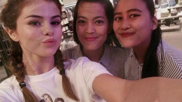 Le t-shirt Friends de Selena Gomez lors d'un shopping à Jakarta et filmé sur YouTube