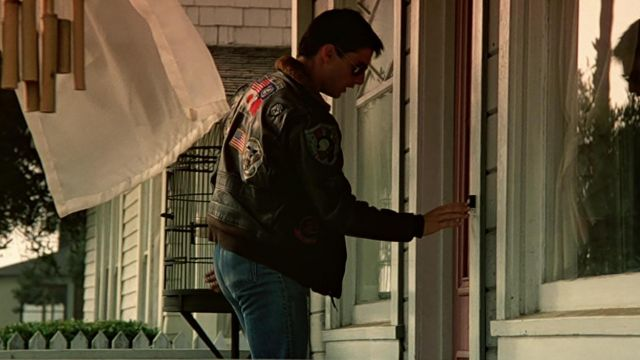 03bc6b5a5 The bomber jacket aviator Pete Mitchell (Tom Cruise) in Top Gun ...