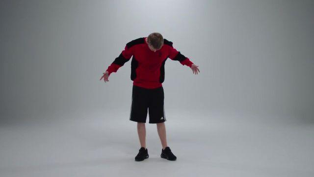 Le sweatshirt rouge et noir porté par Vald dans son clip Désaccordé