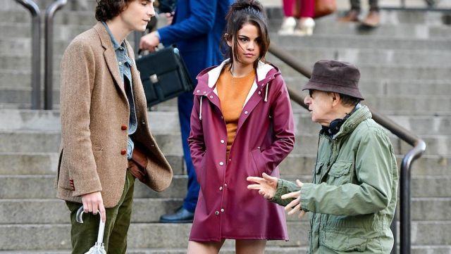 Le parka bordeaux de Selena Gomez sur le tournage de A Rainy Day in New-York