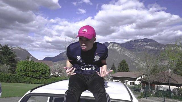 La casquette Rewind France de Mister V dans son clip Top Album