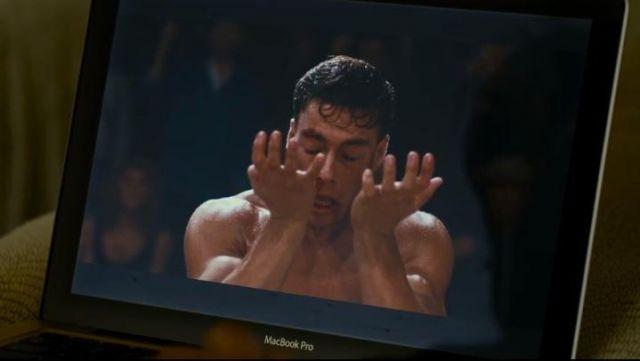 Le film Bloodsport que regarde Grégory Van Huffel (Philippe Lacheau) dans Alibi.com