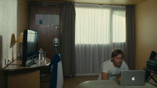 La petite bouteille d'eau Cristaline dans la chambre de Grégory Van Huffel (Philippe Lacheau) dans le film Alibi.com
