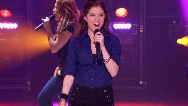 La chemise bleue de  Beca Mitchell (Anna Kendrick) dans Pitch Perfect