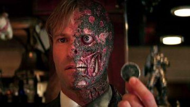 The piece of Double-Face/ Harvey Dent (Aaron Eckhart) in The Dark Knight : The black knight