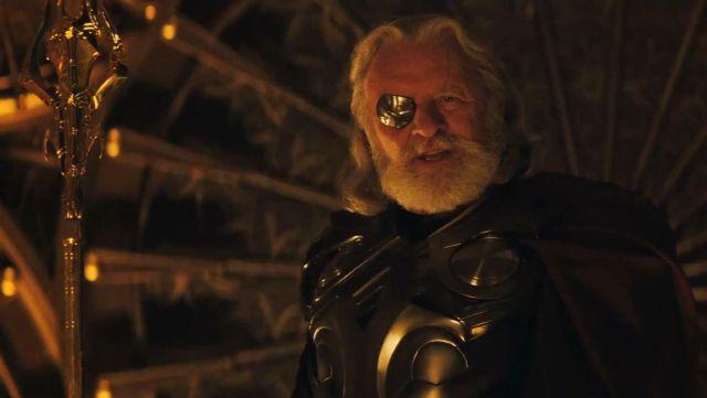 Le cache-œil doré d'Odin (Anthony Hopkins) dans Thor
