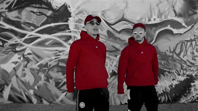 Le sweatshirt à capuche rouge Rewind dans le clip Top Album de Mister V