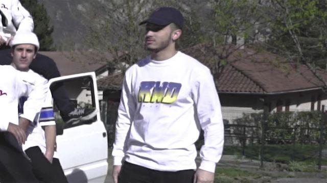 Le sweatshirt blanc RWD (Rewind) dans le clip Top Album de Mister V