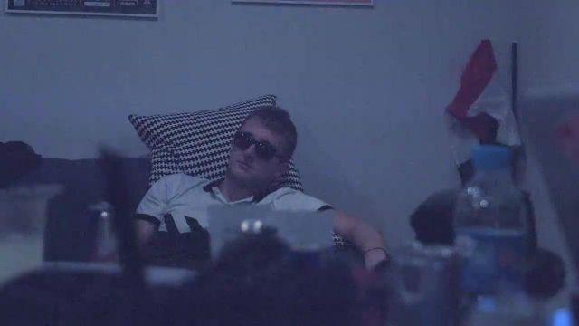 Les lunettes de soleil de VALD dans son clip Trophée