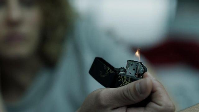 Le briquet Zippo avec scorpion de Denver (Jaime Lorente López) dans La Casa de Papel S01E11