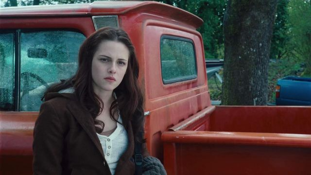 The top white-collar tunisian worn by Bella Swan (Kristen Stewart) in Twilight-chapitre 1: Fascination