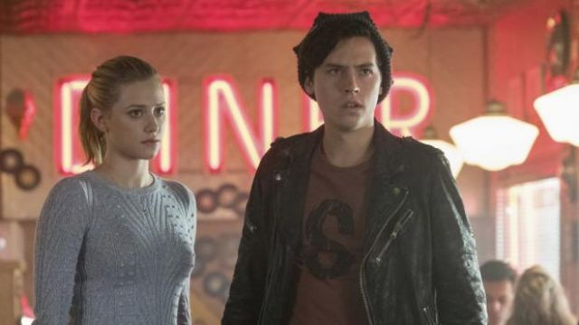 The leather jacket of Jughead Jones (Cole Sprouse) in Riverdale S02E08