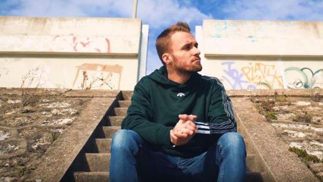 Le pull vert à capuche Adidas Originals porté par Squeezie dans sa vidéo Freestyle de l'autodérision
