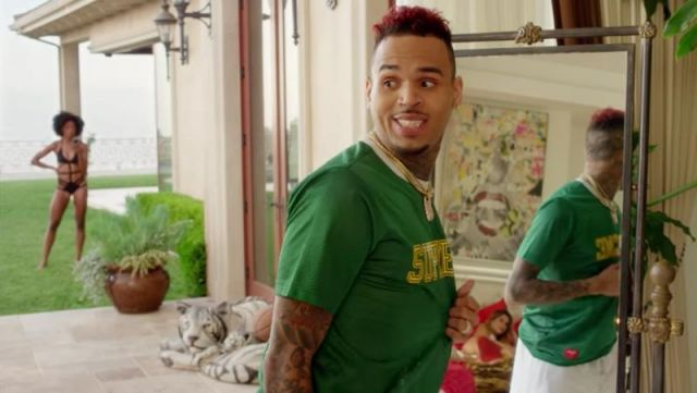 the latest eb7eb 223b0 The green jersey Supreme Chris Brown in the clip Freaky ...